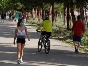 490x_mujer-deporte-mascarilla-bicicleta-parque-cordonpress